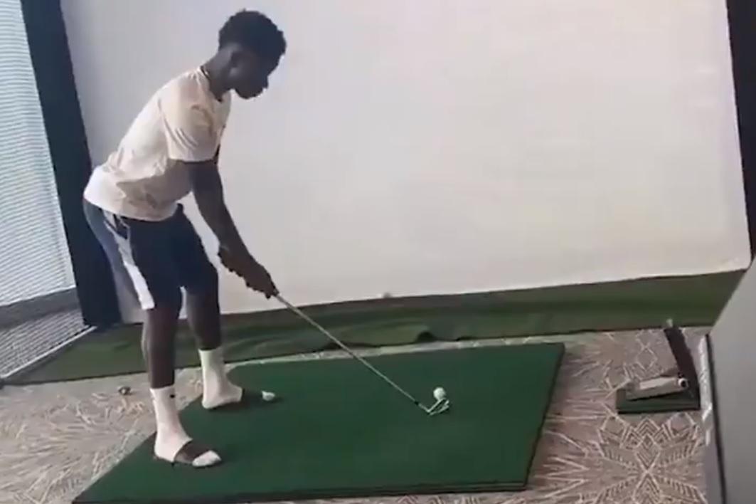 Ο Σάκα δεν τη βρίσκει με τίποτα στο γκολφ!