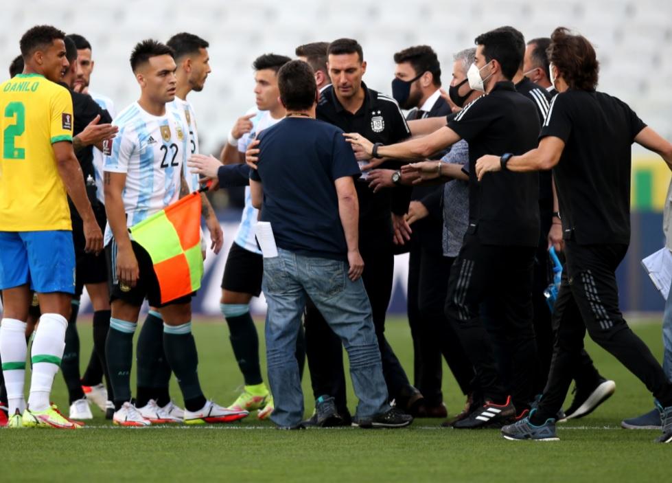 Μετά τη φαρσοκωμωδία στο Βραζιλία - Αργεντινή οι ομάδες της Πρέμιερ παίρνουν τα μέτρα τους