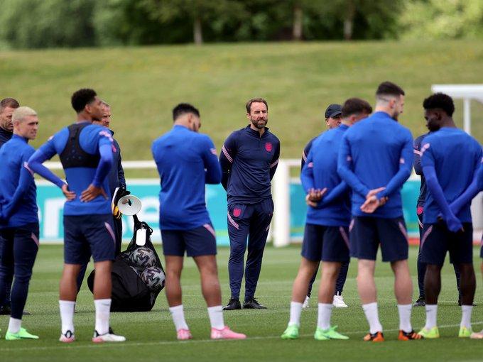 Οι Άγγλοι οπαδοί πέταξαν πανό πάνω από το προπονητικό για να βοηθήσουν την εθνική ομάδα! (pic)