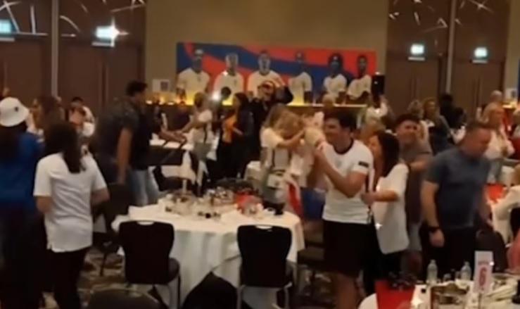 Ξέφρενο πάρτι των Άγγλων διεθνών παρά τον χαμένο τελικό (pics & vid)