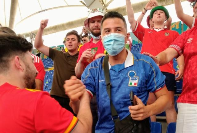 Ουαλοί οπαδοί κράτησαν μαζί τους Ιταλό, παρά τις παραινέσεις των stewards ν' απομακρυνθεί από εκεί! (pic)